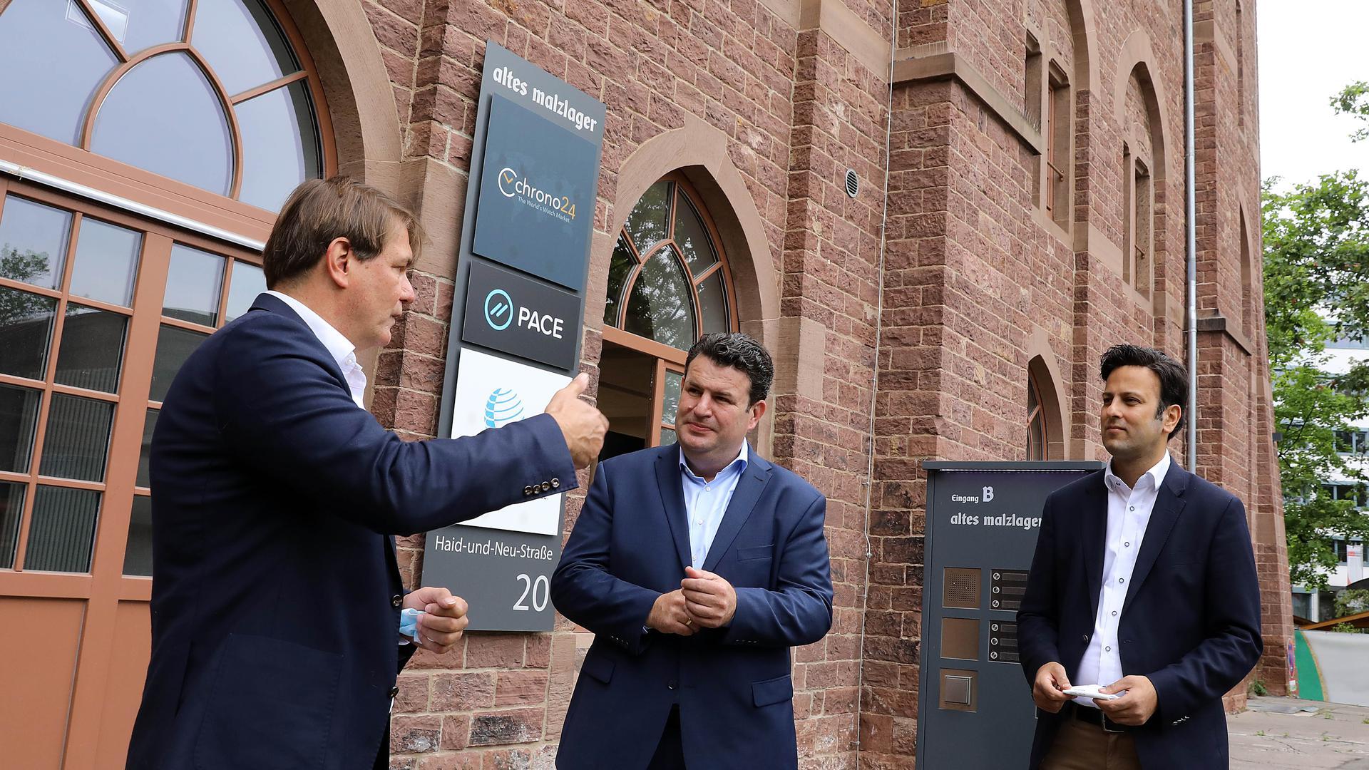 Zu Gast in Karlsruhe: Bundesarbeitsminister Hubertus Heil (Mitte) diskutiert mit dem Geschäftsführer des Cyber-Forums, David Hermanns (links), und dem SPD-Bundestagskandidaten Parsa Marvi über die Arbeit der Zukunft.