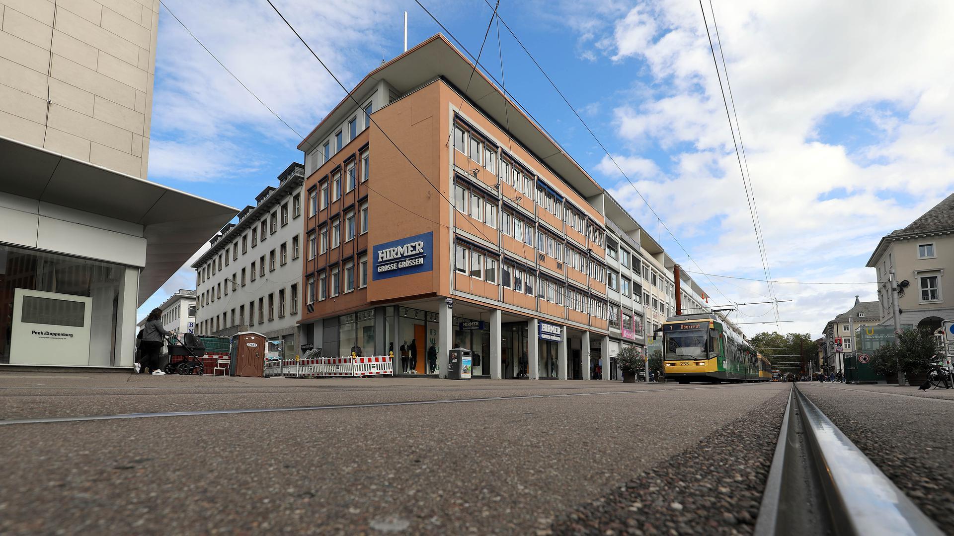 © Jodo-Foto /  Joerg  Donecker//  5.10.2021 Hirmer in der Kaiserstrasse / Lammstrasse,                        -Copyright - Jodo-Foto /  Joerg  Donecker Sonnenbergstr.4  D-76228 KARLSRUHE TEL:  0049 (0) 721-9473285 FAX:  0049 (0) 721 4903368  Mobil: 0049 (0) 172 7238737 E-Mail:  joerg.donecker@t-online.de Sparkasse Karlsruhe  IBAN: DE12 6605 0101 0010 0395 50, BIC: KARSDE66XX Steuernummer 34140/28360 Veroeffentlichung nur gegen Honorar nach MFM zzgl. ges. Mwst.  , Belegexemplar und Namensnennung. Es gelten meine AGB.