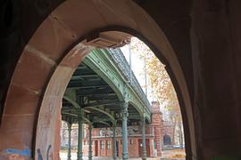 Stadtbildprägend: Die Hirschbrücke in der Südweststadt entstand einst, um eine vielbefahrene Eisenbahntrasse zu überwinden. Später sollte sie gegen einen reinen Zweckbau ersetzt werden.