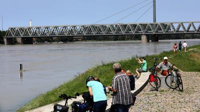 © Jodo-Foto /  Joerg  Donecker// 18.07.2021 Hochwasser am Rhein / Rheinbruecke / Hofgut Maxau / Rheinterrasse,                                                               -Copyright - Jodo-Foto /  Joerg  Donecker Sonnenbergstr.4  D-76228 KARLSRUHE TEL:  0049 (0) 721-9473285 FAX:  0049 (0) 721 4903368  Mobil: 0049 (0) 172 7238737 E-Mail:  joerg.donecker@t-online.de Sparkasse Karlsruhe  IBAN: DE12 6605 0101 0010 0395 50, BIC: KARSDE66XX Steuernummer 34140/28360 Veroeffentlichung nur gegen Honorar nach MFM zzgl. ges. Mwst.  , Belegexemplar und Namensnennung. Es gelten meine AGB.