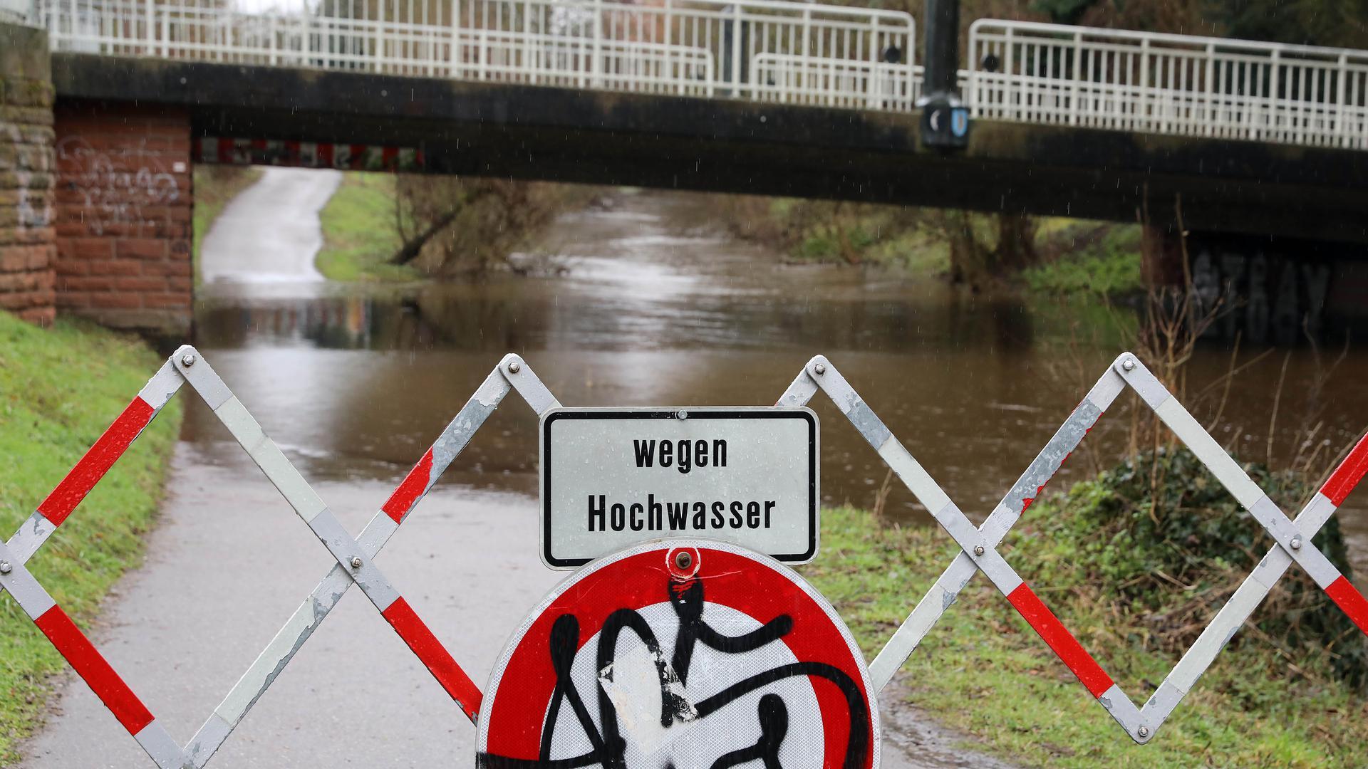 Land unter: Die Rad- und Fußwege entlang der Alb sind wegen des Hochwassers wie hier bei Beiertheim teilweise nicht passierbar.