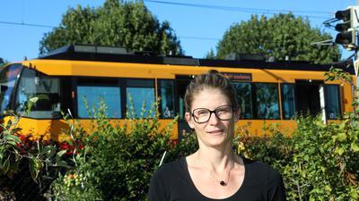 Geplagt vom Lärm: Judith Hörmann klagt über den nervenden Dauerton, der von den Aggregaten auf dem Dach der abgestellten Stadtbahn ausgeht und ihr am Wochenende keine Ruhe lässt.