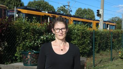 Lärm im Garten: Brummende Bahnen auf dem Abstellgleis strapazieren seit Jahren die Nerven der Knielingerin Judith Hörmann seit Jahren. Sie fühlt sich im Stich gelassen.