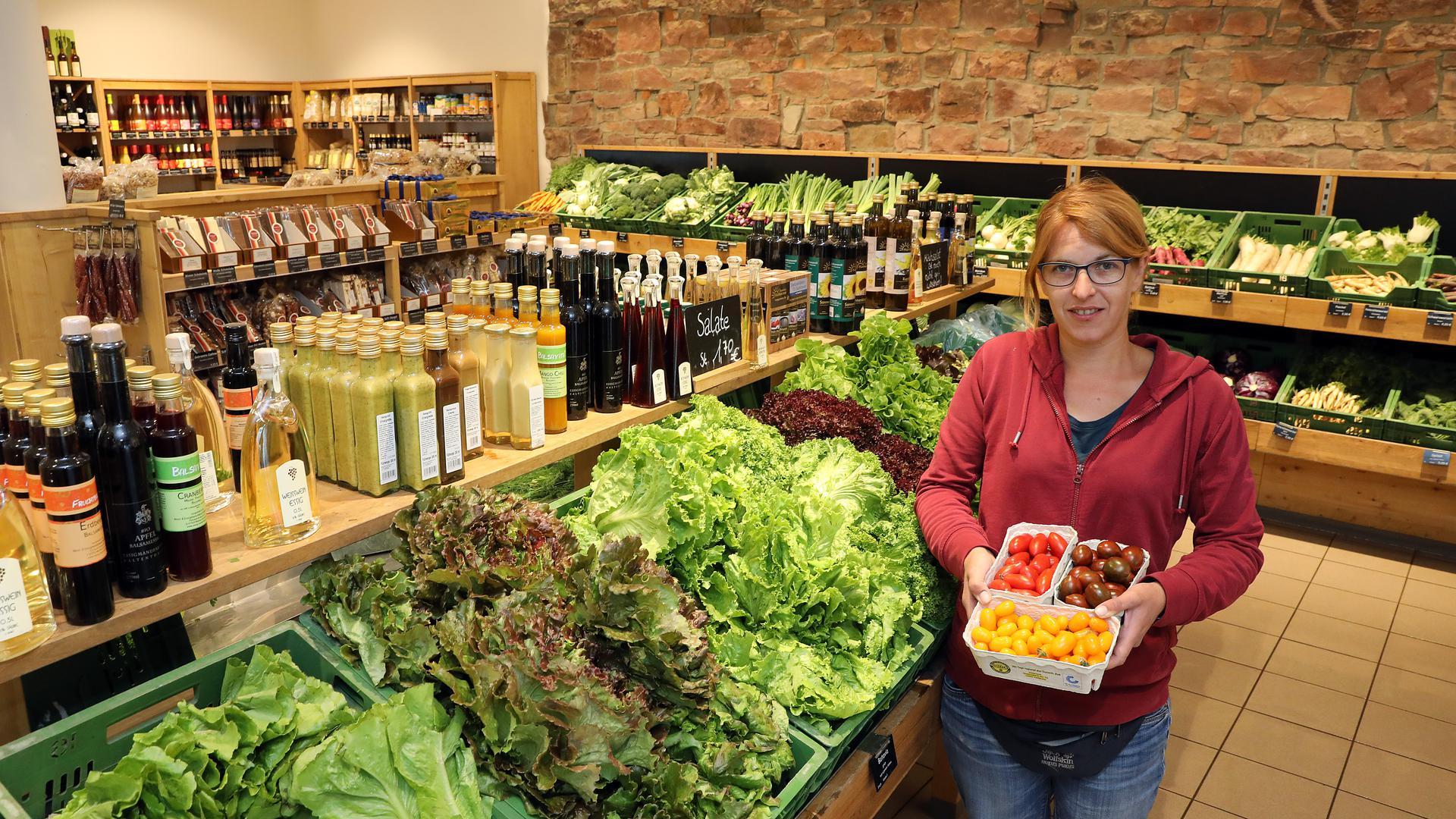 Im Hofladen Kraut und Rüben in Durlach-Aue zeigt die Inhaberin Nadine Link bunte Cocktailtomaten aus eigenem Anbau.