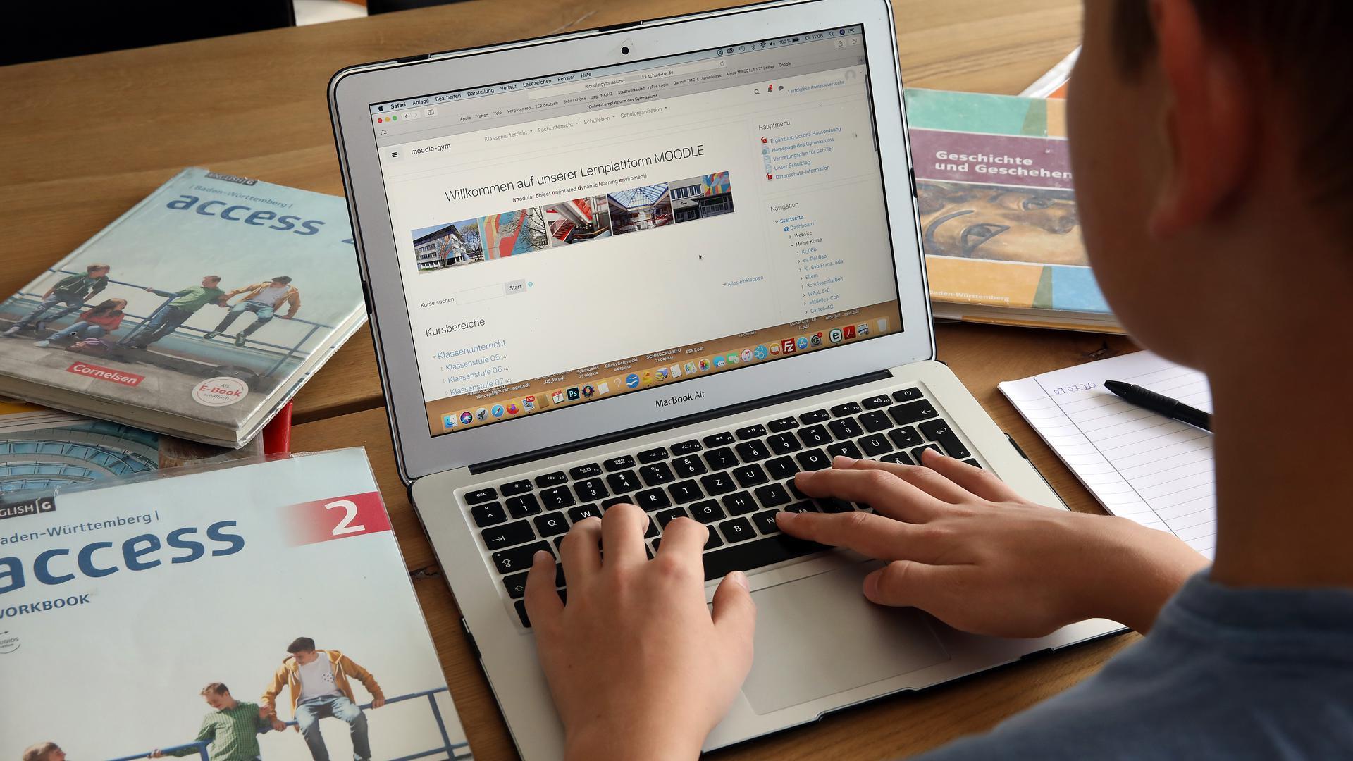 Während der Corona-Krise mussten Schüler zuhause lernen und arbeiten. Wie sicher das auch künftig in puncto Datenschutz ist, ist umstritten.