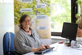 Christine Ettwein-Friehs, Leiterin des ambulanten Hospizdienstes in Karlsruhe, sitzt am Schreibtisch.