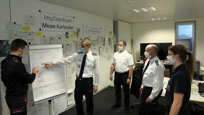 © Jodo-Foto /  Joerg  Donecker// 22.12.2020 Integrierte Leistelle Karlsruhe, Foto:  Florian Geldner bei der Abstimmung m.d.Operativen Stab, v.l.n.r.: Dennis Ebner, Florian Geldner, Sascha Dietrich, Markus Pulm, Fredericke Metzger,                                                               -Copyright - Jodo-Foto /  Joerg  Donecker Sonnenbergstr.4 D-76228 KARLSRUHE TEL:  0049 (0) 721-9473285FAX:  0049 (0) 721 4903368 Mobil: 0049 (0) 172 7238737E-Mail:  joerg.donecker@t-online.deSparkasse Karlsruhe  IBAN: DE12 6605 0101 0010 0395 50, BIC: KARSDE66XXSteuernummer 34140/28360Veroeffentlichung nur gegen Honorar nach MFMzzgl. ges. Mwst.  , Belegexemplarund Namensnennung. Es gelten meine AGB.