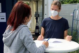 Zwei Frauen beim Aufklärungsgespräch vor einer Impfung
