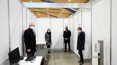 © Jodo-Foto /  Joerg  Donecker// 14.12.2020 Impfzentrum in der Messe Karlsruhe,                 -Copyright - Jodo-Foto /  Joerg  Donecker Sonnenbergstr.4 D-76228 KARLSRUHE TEL:  0049 (0) 721-9473285FAX:  0049 (0) 721 4903368 Mobil: 0049 (0) 172 7238737E-Mail:  joerg.donecker@t-online.deSparkasse Karlsruhe  IBAN: DE12 6605 0101 0010 0395 50, BIC: KARSDE66XXSteuernummer 34140/28360Veroeffentlichung nur gegen Honorar nach MFMzzgl. ges. Mwst.  , Belegexemplarund Namensnennung. Es gelten meine AGB.