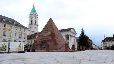 Die Stadt ist leer: Rund um den Christbaum und die Pyramide ist es einsam geworden, der Mini-Weihnachtsmarkt ist Geschichte, der Blumenmarkt in der Winterpause. Und nur wenige Passanten sind unterwegs.