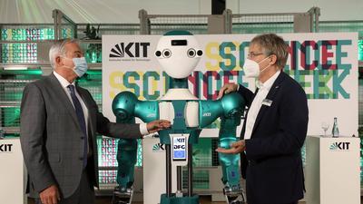 Zur Eröffnung der Science Week des KIT im Audimax flankieren Thomas Strobl,  stellvertretender Ministerpräsident und Innenminister (links) und KIT-Präsident Holger Hanselka den humanoiden Roboter Armar 6 des KIT.
