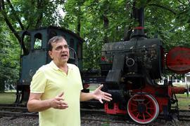 """Bastian Chlond weiß viel über die alte Dampflok """"Königin Marie"""" auf dem KIT-Campus Süd."""