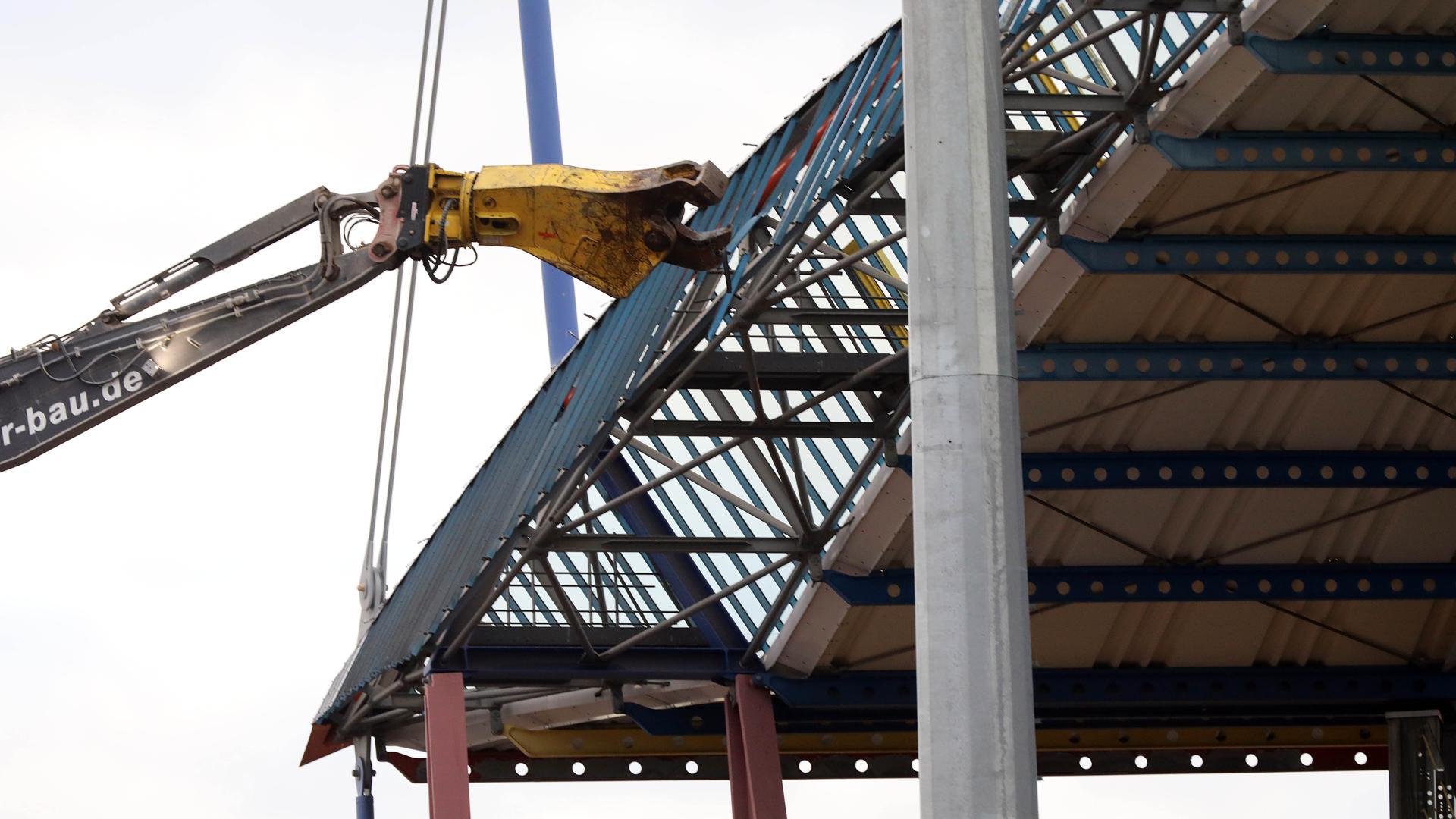 Der Abriss der Haupttribühne im Karlsruher Wildparkstadion hat begonnen.