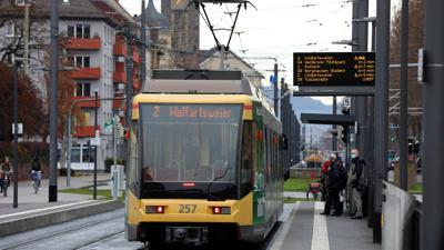 """Flaute für die Straßenbahn: Wie an der Station """"Durlacher Tor""""  herrscht im Lockdown meist gähnende Leere auf dem Bahnsteig."""