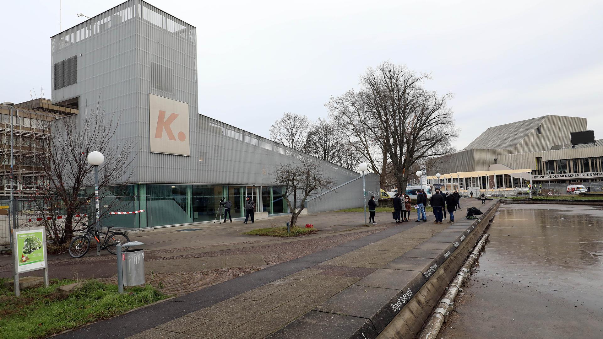 """Provisorium von Dauer: Der """"K."""" am Ettlinger Tor verschwindet nicht mit dem Ende der Kombi-Arbeiten. Das Theater (hinten rechts) nutzt ihn bald weiter."""