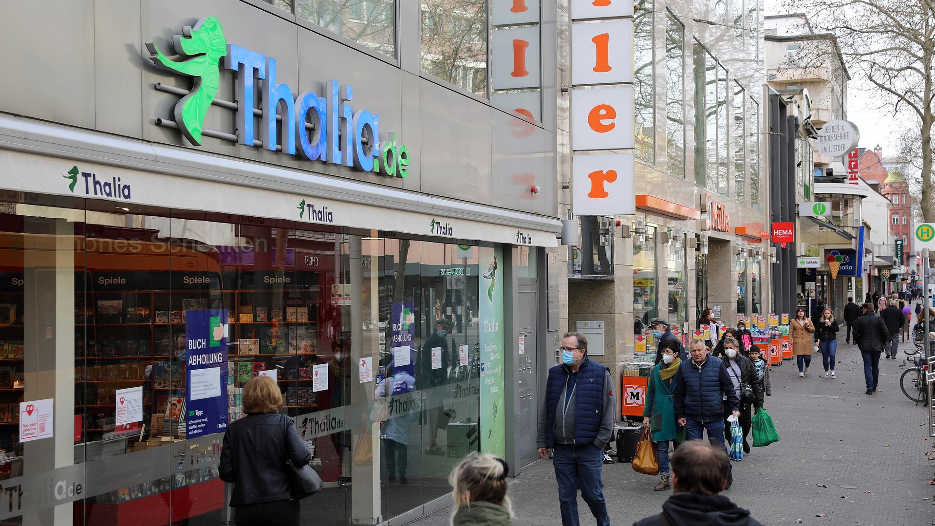 © Jodo-Foto /  Joerg  Donecker// 4.03.2021 Kaiserstrasse mit Buchhandlung Thalia (z. Zeit noch geschlossen/ Lockdown) und Drogerie Mueller (offen),                             -Copyright - Jodo-Foto /  Joerg  Donecker Sonnenbergstr.4  D-76228 KARLSRUHE TEL:  0049 (0) 721-9473285 FAX:  0049 (0) 721 4903368  Mobil: 0049 (0) 172 7238737 E-Mail:  joerg.donecker@t-online.de Sparkasse Karlsruhe  IBAN: DE12 6605 0101 0010 0395 50, BIC: KARSDE66XX Steuernummer 34140/28360 Veroeffentlichung nur gegen Honorar nach MFM zzgl. ges. Mwst.  , Belegexemplar und Namensnennung. Es gelten meine AGB.