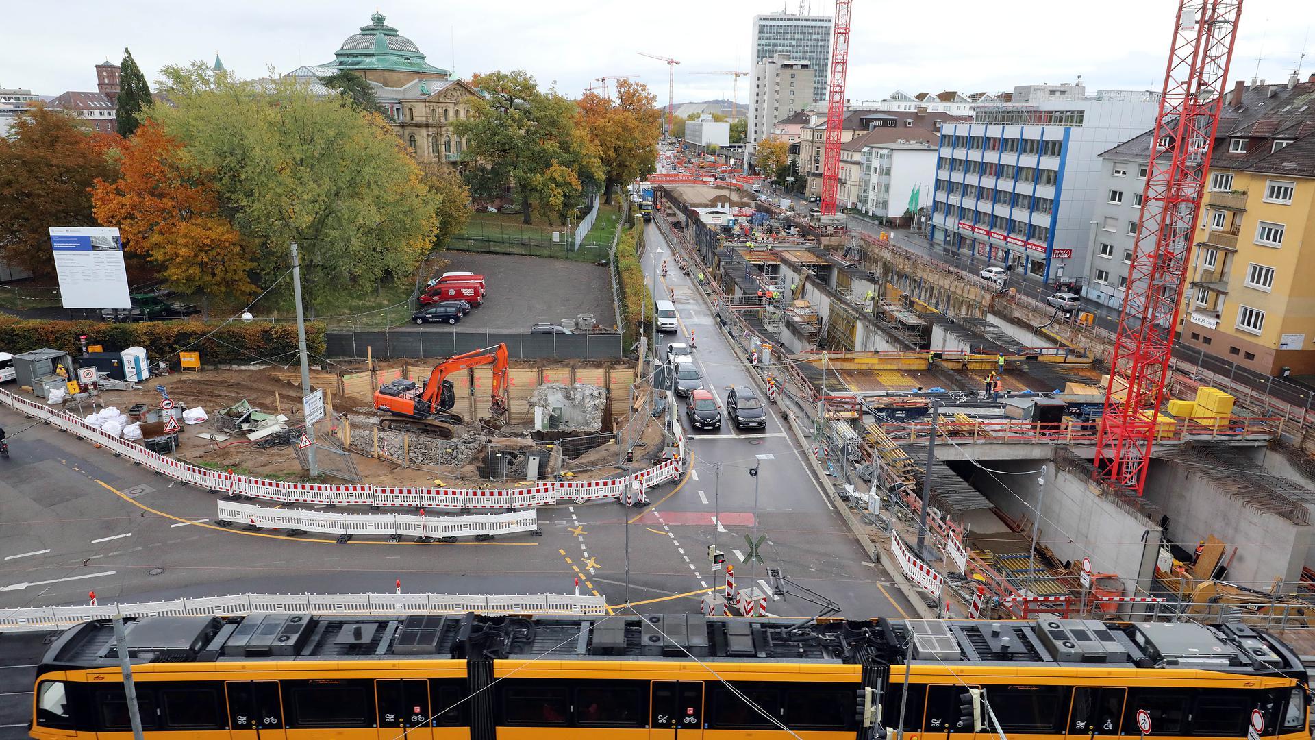 Gemäuer in der Grube: Beim Bau des Autotunnels in der Kriegsstraße (rechts) werden alte Untergrundbauwerke am Karlstor freigelegt. Mit dem geplanten Forum Recht, direkt hinter dem Zaun des Bundesgerichtshofs (hinten), hat dies nichts zu tun.