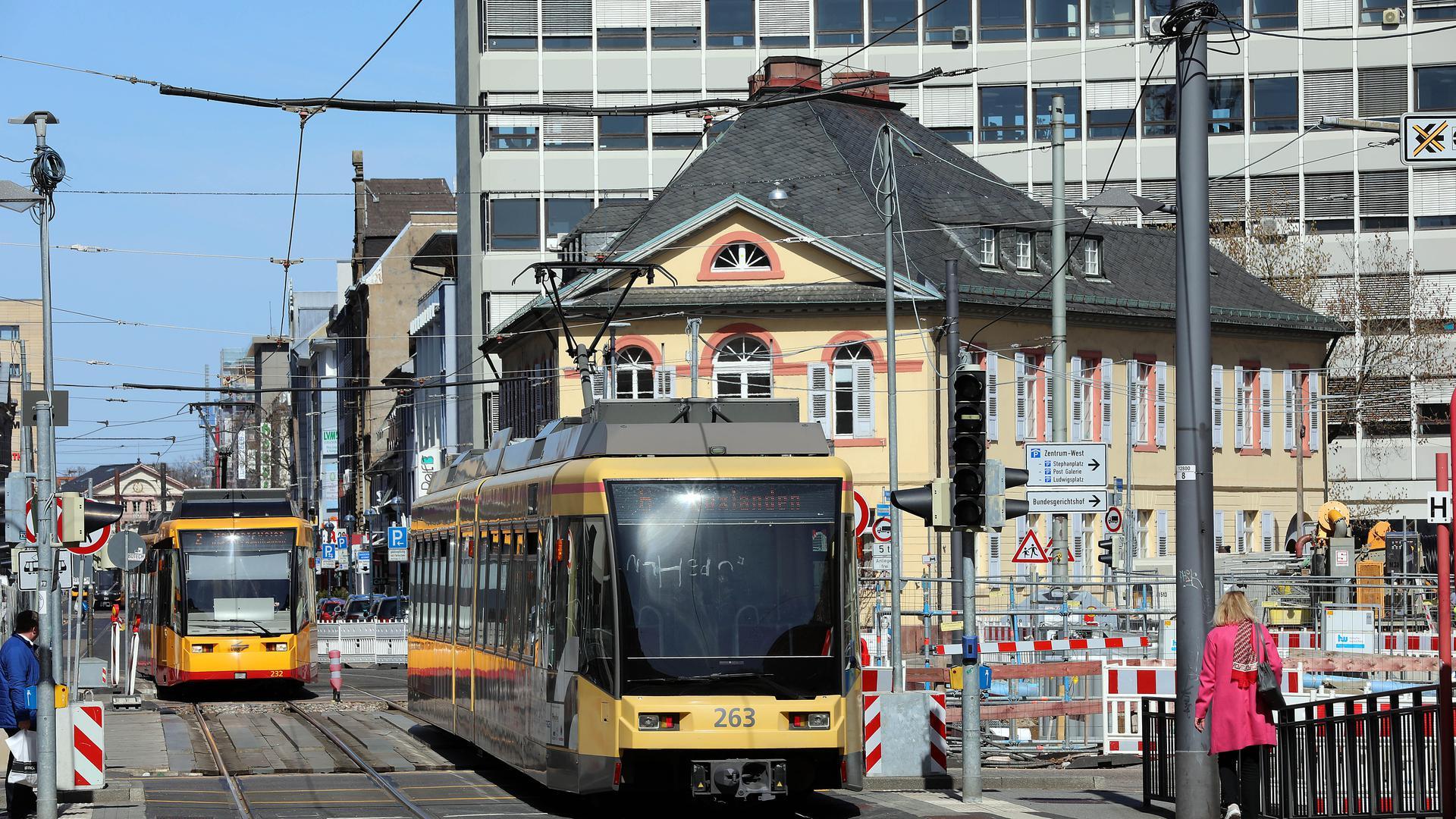 Bahnwechsel am Karlstor: Nach Ostern führt kein Gleisweg mehr über die Tunnelbaugrube am Karlstor. Dann müssen die Fahrgäste der Straßenbahnen auf Umwegen ihr Ziel erreichen.