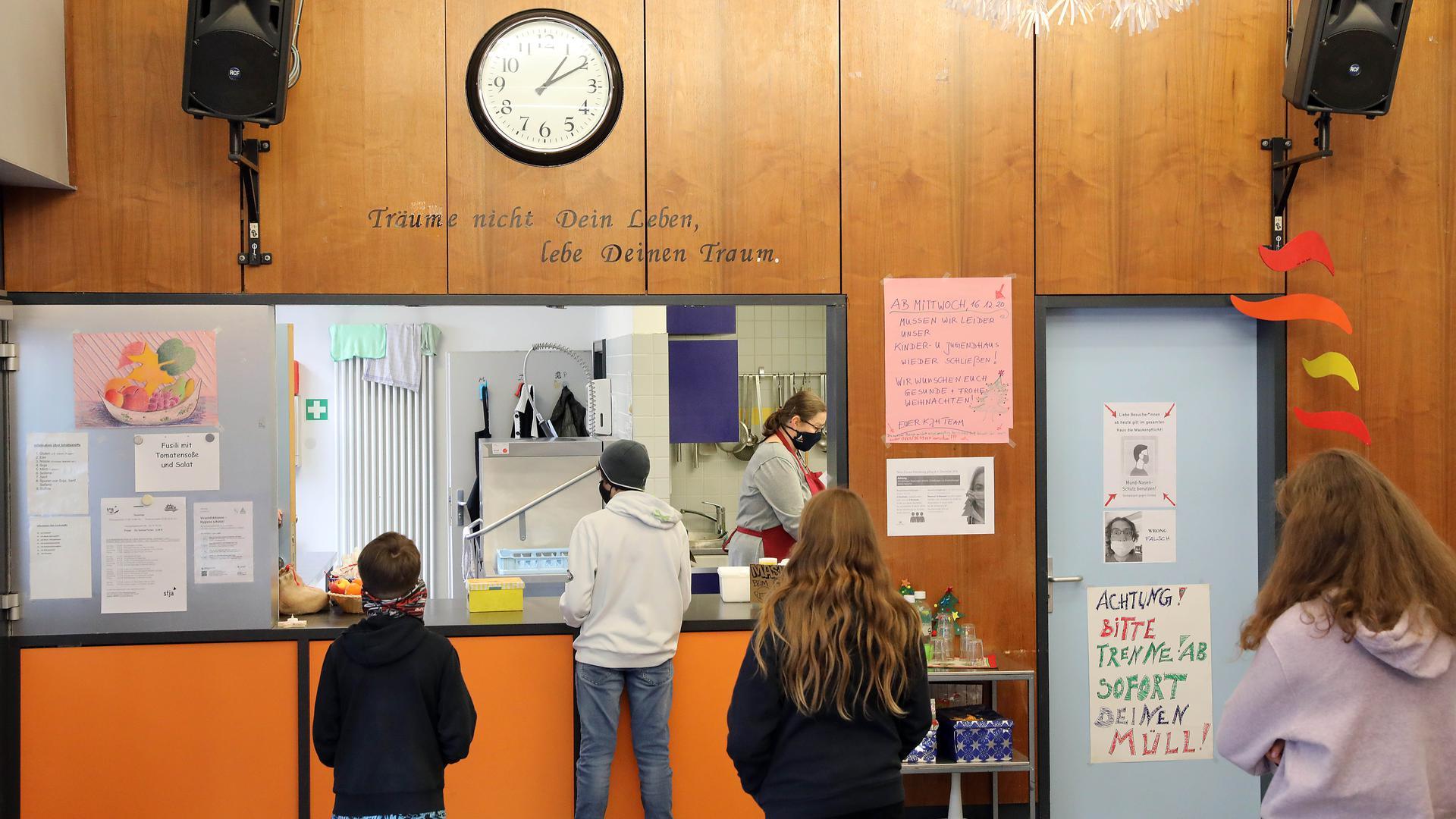 Mit Mundschutz: Im Kinder- und Jugendhaus Durlach erhalten die Besucher ein warmes Mittagessen und sozialpädagogische Unterstützung.