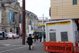 Stiefmütterlich behandelt: Seit Jahren führt der Kiosk als Containerprovisorium eine Randexistenz. Jetzt will die Stadt plötzlich beim neuen Europaplatz gar kein Kiosk mehr haben.  Nächste Woche öffnet die Bude vorerst wieder.