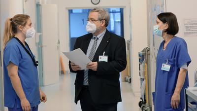 Im Gespräch: Josef Hug, der ewige  Pflegedirektor am Städtischen, informiert sich bei Merle Voelkle (links) und Beate Wedel auf der Station.
