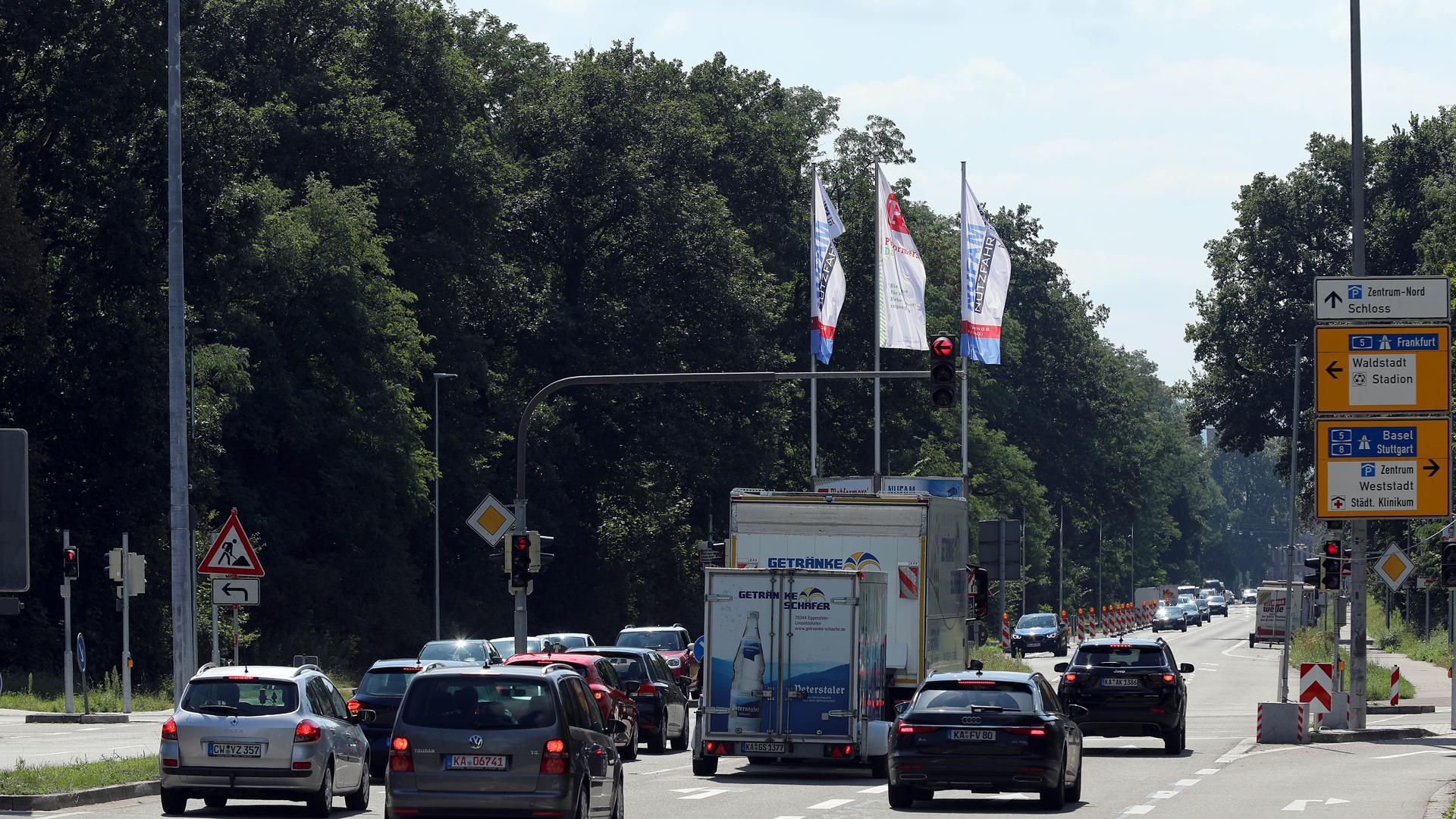 Neue Verkehrsführung: An der Kreuzung von Willy-Brandt-Allee und Adenauerring können Autofahrer nun auf zwei parallelen Spuren links in Richtung Stadion abbiegen. Das erfordert Gewöhnung.