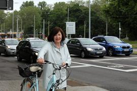 7.06.2021 Als Gefahr für Radfahrer an der neu gestalteten Kreuzung der mehrspurigen Haid-und-Neu-Straße mit dem Hirtenweg sieht Bettina Krawinkel die Markierung für radelnde Linksabbieger zwischen den Autospuren.