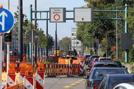 Tunnel gesperrt: Voraussichtlich erst im März kommenden Jahres können Autofahrer in der Kriegsstraße unterirdisch fahren. Liefer-Engpässe bei technischen Bauteilen verzögern den Start.