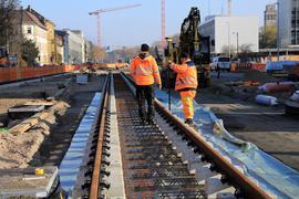 Geschient: Die Kriegsstraße hat auf ihrem Zentralabschnitt beim Nymphengarten (links) den ersten Schienenstrang bekommen. Der City-Boulevard nimmt Gestalt an.