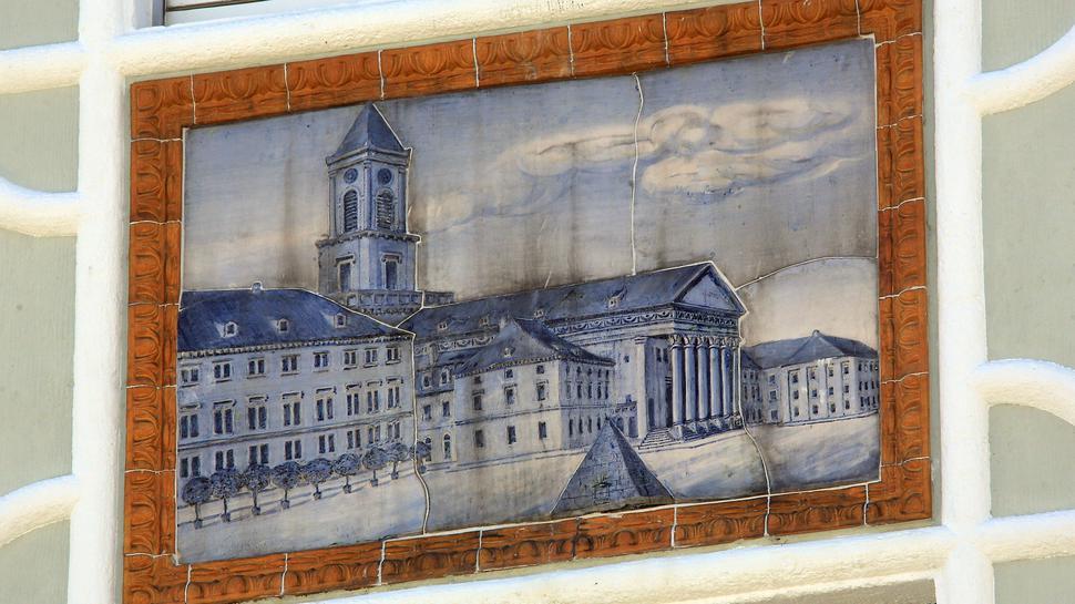 Der Marktplatz der Majolikastadt prangt  an der Wand hoch über dem Ludwigsplatz.
