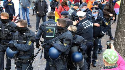 © Jodo-Foto /  Joerg  Donecker// 19.11.2020 Kundgebung am Schlossplatz / Teilnehmer Querdenker und Gegedemo musste durch die Polizei getrennt werden /-Copyright - Jodo-Foto /  Joerg  Donecker Sonnenbergstr.4  D-76228 KARLSRUHE TEL:  0049 (0) 721-9473285 FAX:  0049 (0) 721 4903368  Mobil: 0049 (0) 172 7238737 E-Mail:  joerg.donecker@t-online.de Sparkasse Karlsruhe  IBAN: DE12 6605 0101 0010 0395 50, BIC: KARSDE66XX Steuernummer 34140/28360 Veroeffentlichung nur gegen Honorar nach MFM zzgl. ges. Mwst.  , Belegexemplar und Namensnennung. Es gelten meine AGB.