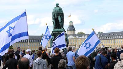 Kundebung auf dem Schlossplatz der Karlsruher Kirchen gegen Antisemitismus