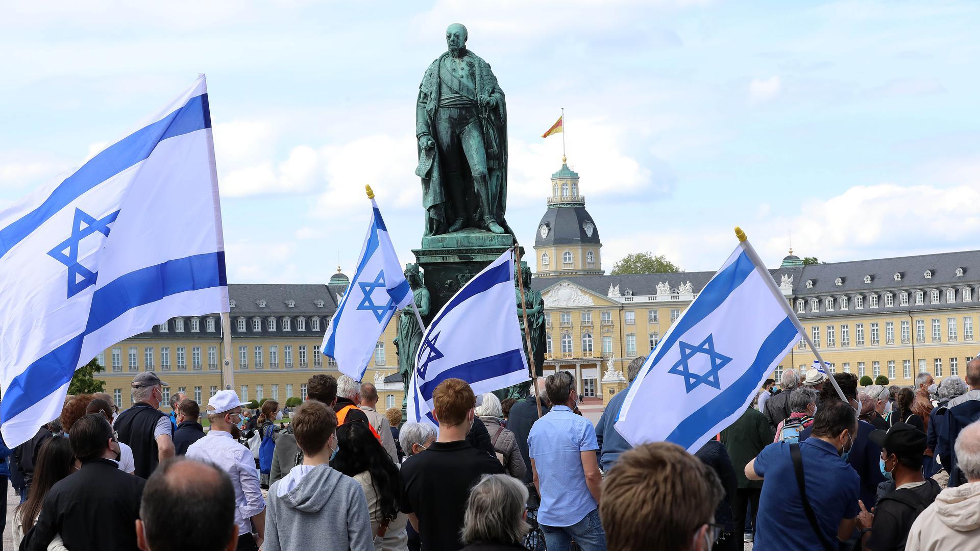 Kundgebung auf dem Schlossplatz der Karlsruher Kirchen gegen Antisemitismus