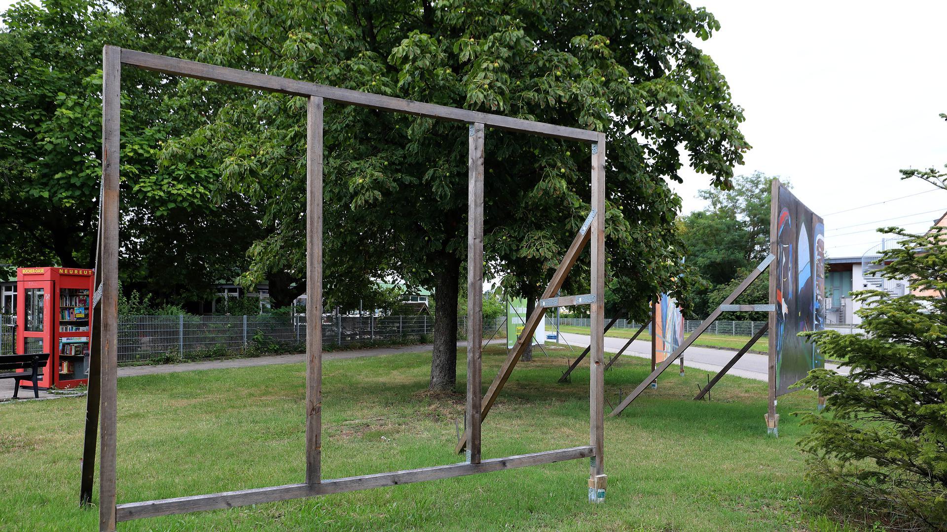 Leerer Rahmen: Das beschädigte Greta-Thunberg-Porträt in der Karlsruher Nordstadt wurde schnell abgehängt.
