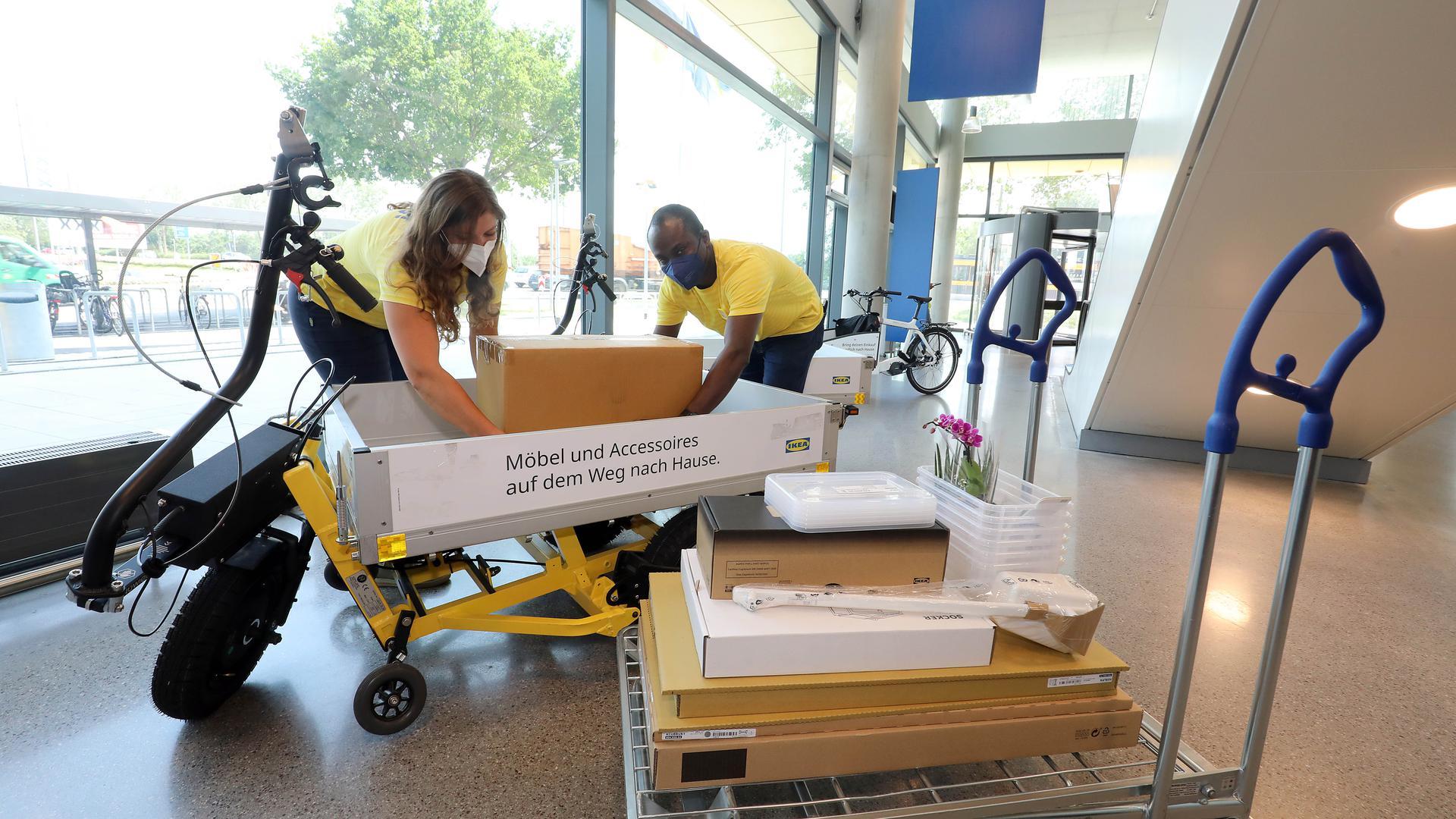18.06.2021 Leihlastenräder und Anhänger bei IKEA, es beladen Hanna Schwinn (links) und Guilain Nkossi.