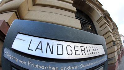 Hauptverhandlung: Vor dem Karlsruher Landgericht muss sich ein Senior wegen des Vorwurfs des schwere sexuellen Missbrauchs verantworten.