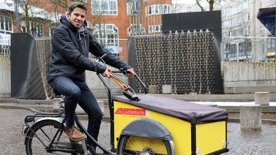Manuel Quinting sitzt auf einem Lastenrad