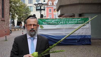 Vor den Feiertagen: Am Montagabend beginnt das jüdische Fest Sukkot. Rabbiner Mordechai Mendelson hat dafür bei St. Stephan eine öffentlich zugängliche Laubhütte gebaut.