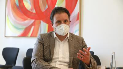 Maximilian Lipp mit Maske im Gespräch