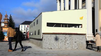 Graue Wand: Mit einem ganz anders als die hellen Bodenplatten wirkenden Stein wurde eine U-Strab-Mauer auf dem Marktplatz verkleidet.