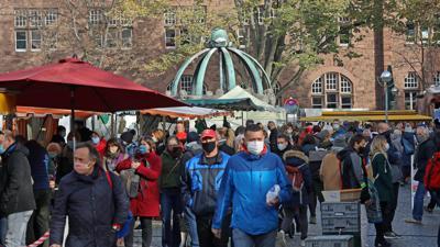 Vorsicht: Auf den am Samstag stark frequentierten Märkten wie hier am Gutenbergplatz geht nichts ohne Maske. Händler und Kunden nehmen die Lage ernst.