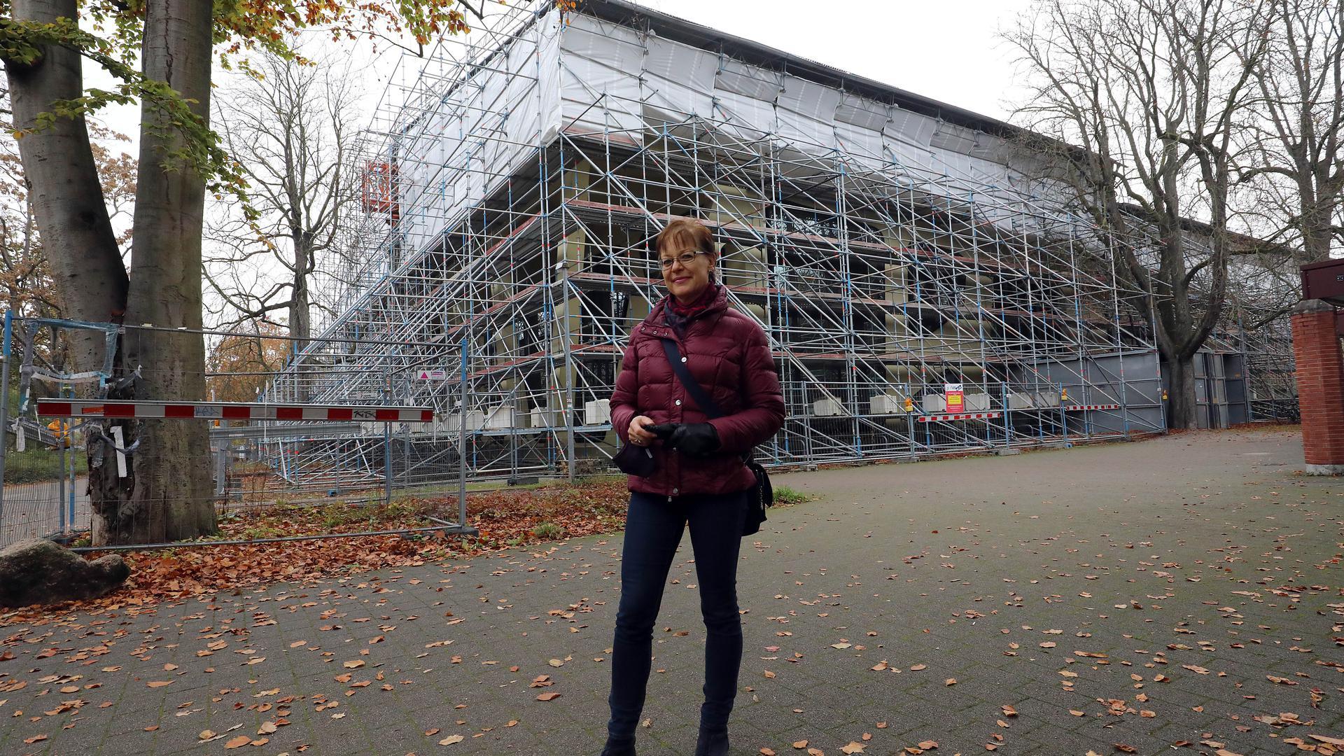 """Hinter Gerüst-Gittern: Die preisgekrönte """"Mensa Moltke"""" steckt seit 2018 in der Sanierungsphase. BNN-Leserin Isabella Pallmer-Roth fragt sich, wann es dort endlich wieder vorangeht."""