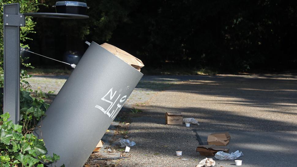 In Schieflage: Dieser Abfalleimer wurde aus seiner Halterung gelöst.