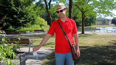 Loch ohne Boden: Ein Abfalleimer beim Schlossgartensee besteht nur noch aus Halterung und Deckel-Ring. BNN-Leser Gerhard Kuhn möchte wissen, warum er nicht ersetzt wird.