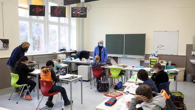 © Jodo-Foto /  Joerg  Donecker//  19.01.2021 Notbetreuung an der Schiller-Schule im Lockdown / Corona-Krise, Foto: li. Nadja Zimmermann, re. Riki Staath,             -Copyright - Jodo-Foto /  Joerg  Donecker Sonnenbergstr.4  D-76228 KARLSRUHE TEL:  0049 (0) 721-9473285 FAX:  0049 (0) 721 4903368  Mobil: 0049 (0) 172 7238737 E-Mail:  joerg.donecker@t-online.de Sparkasse Karlsruhe  IBAN: DE12 6605 0101 0010 0395 50, BIC: KARSDE66XX Steuernummer 34140/28360 Veroeffentlichung nur gegen Honorar nach MFM zzgl. ges. Mwst.  , Belegexemplar und Namensnennung. Es gelten meine AGB.
