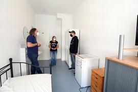 © Jodo-Foto /  Joerg  Donecker// 16.07.2021 Notunterkunft in der Adlerstrasse, Foto: v.l.n.r.: Georg Jonczyk ( Leiter), Katrin Rasokat ( Sozialarbeiterin), Marco ( ehem.Bewohner),       -Copyright - Jodo-Foto /  Joerg  Donecker Sonnenbergstr.4  D-76228 KARLSRUHE TEL:  0049 (0) 721-9473285 FAX:  0049 (0) 721 4903368  Mobil: 0049 (0) 172 7238737 E-Mail:  joerg.donecker@t-online.de Sparkasse Karlsruhe  IBAN: DE12 6605 0101 0010 0395 50, BIC: KARSDE66XX Steuernummer 34140/28360 Veroeffentlichung nur gegen Honorar nach MFM zzgl. ges. Mwst.  , Belegexemplar und Namensnennung. Es gelten meine AGB.