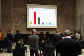 Warten auf Zahlen: Im Bürgersaal des Rathauses verfolgen am Sonntagabend vorwiegend Kommunalpolitiker, wie die Ergebnisse aus den einzelnen Bezirken eintrudeln.