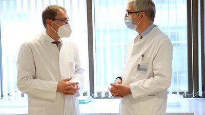 Zusammenarbeit: Martin Bentz vom Städtischen (rechts) und Christian Meyer zum Büschenfelde von ViDia, die Chefs der Onkologie, setzten auf engen Erfahrungsaustausch und gegenseitige Hilfe bei der Therapie ihrer Krebspatienten.