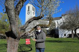 Ostergarten in Dammerstock: Susanne Mütter-Feldbusch und ihre Mitstreiter vom Stadtkloster-Programmteam haben an Bäumen und Büschen Impulse zur Osterzeit angebracht.