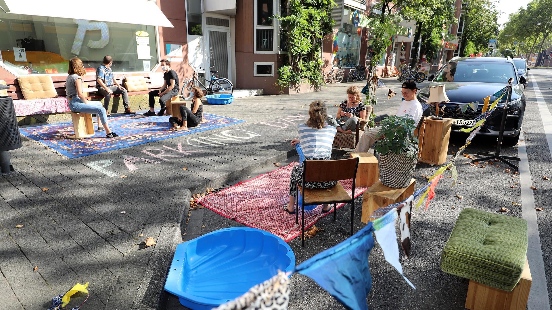 """Beim """"Parking Day"""" besetzten Aktivisten, wie hier in der Fritz-Erler-Straße, Stellplätze für Autos."""
